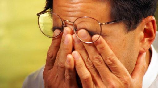 Akių trynimas – kaip tai gali pakenkti mūsų akims?