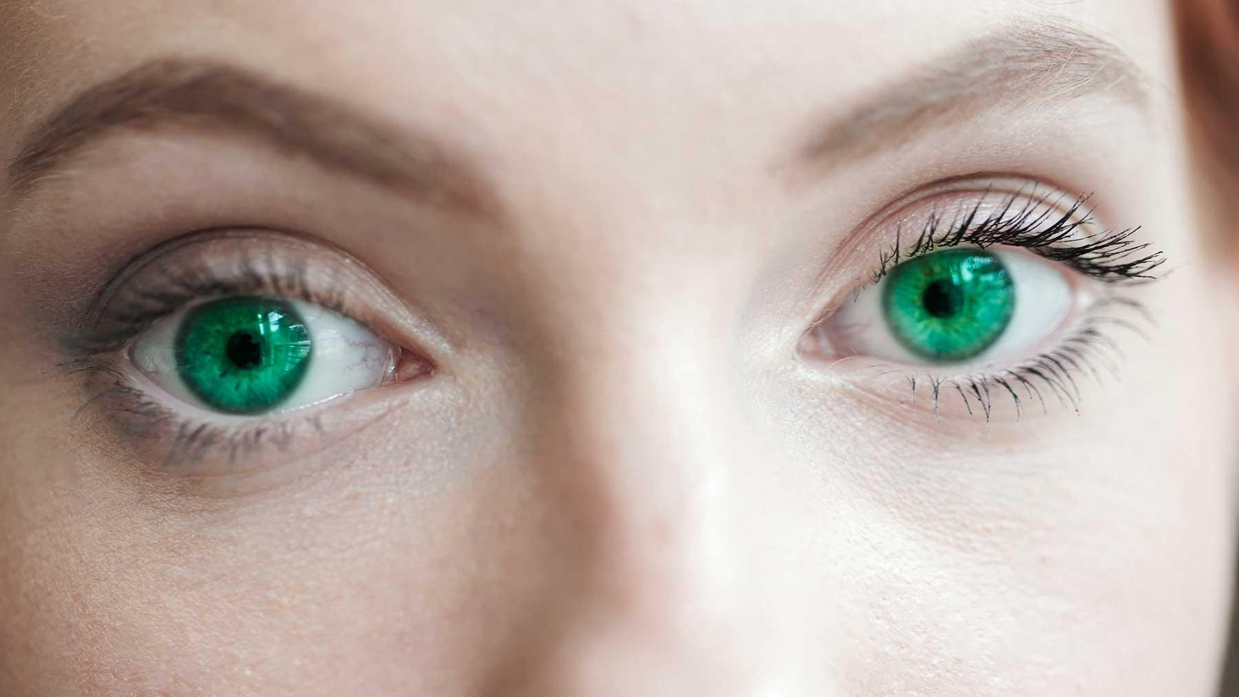 Spalvoti kontaktiniai lęšiai – ar jie kelia pavojų mūsų regėjimui?