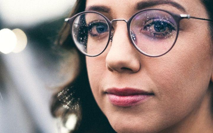 5 problemos, kurias supras tik moterys, nešiojančios akinius