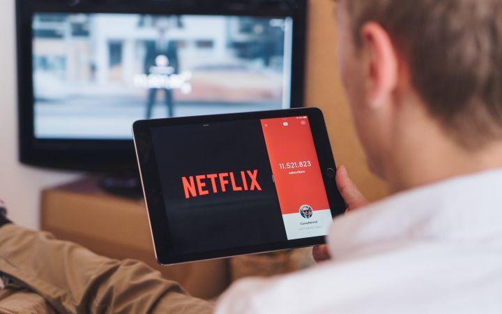 """Karantino pramogos: kaip pasirūpinti savo akimis leidžiantis į """"Netflix"""" maratoną?"""