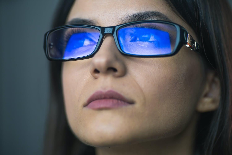 Mėlyną šviesą blokuojantys akiniai: metų atradimas ar pervertintas žaisliukas?