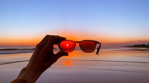 Kodėl akiniai nuo saulės yra būtina apsauga mūsų akims?
